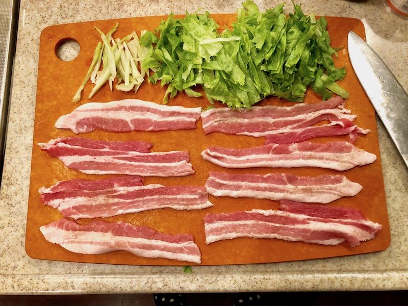 刻んだレタスと豚肉