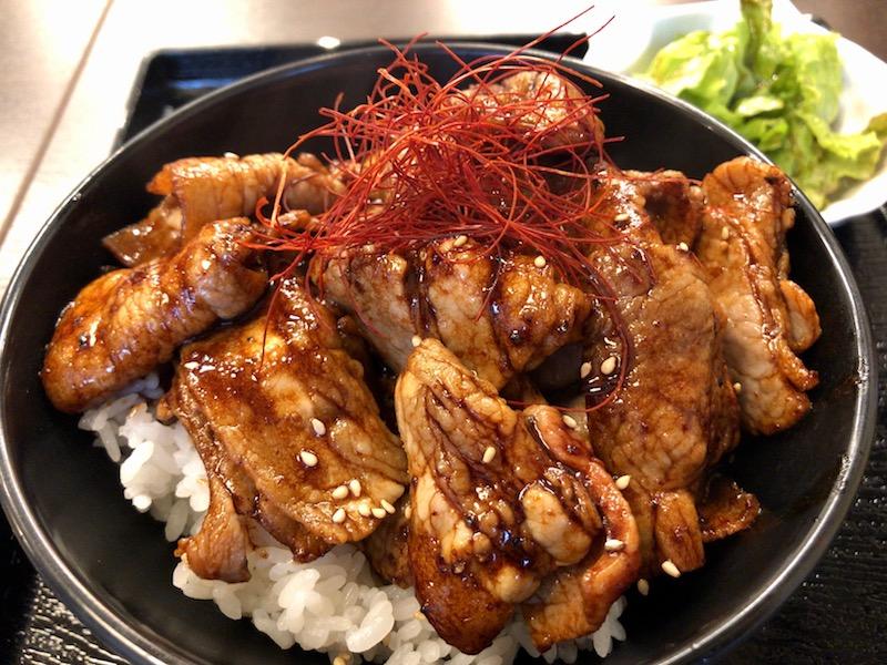 黒ダレ豚丼のアップ