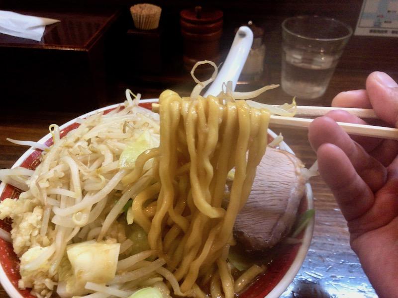 極太にんにく醤油の極太麺