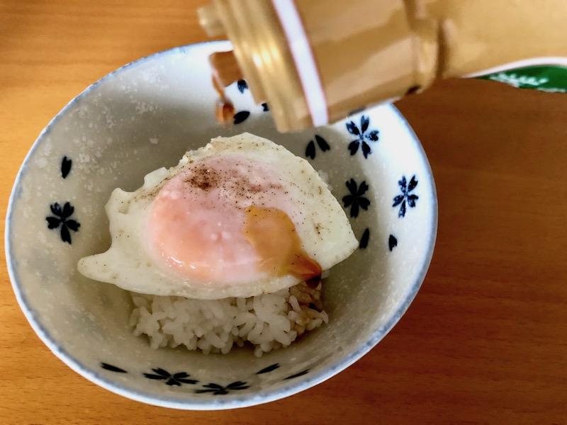 卵かけご飯に旨味豊かな昆布しょうゆをかける