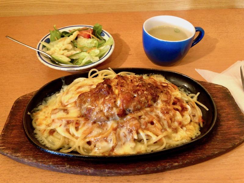 サラダとスープがついたゴールデンスパゲッティ
