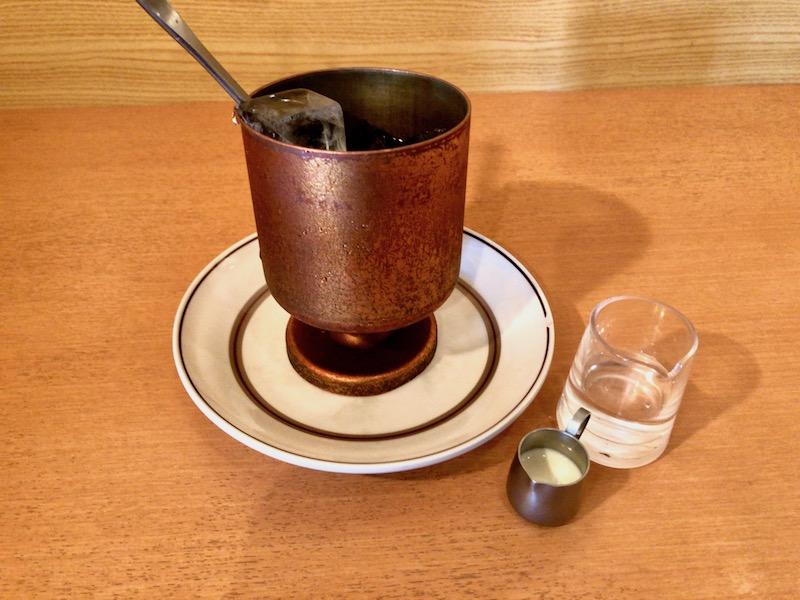 銅製タンブラーのアイスコーヒー