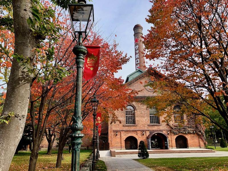 紅葉に囲まれる開拓使館