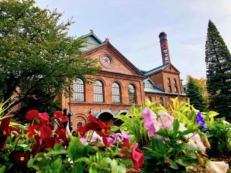 花越しに見えるサッポロビール博物館