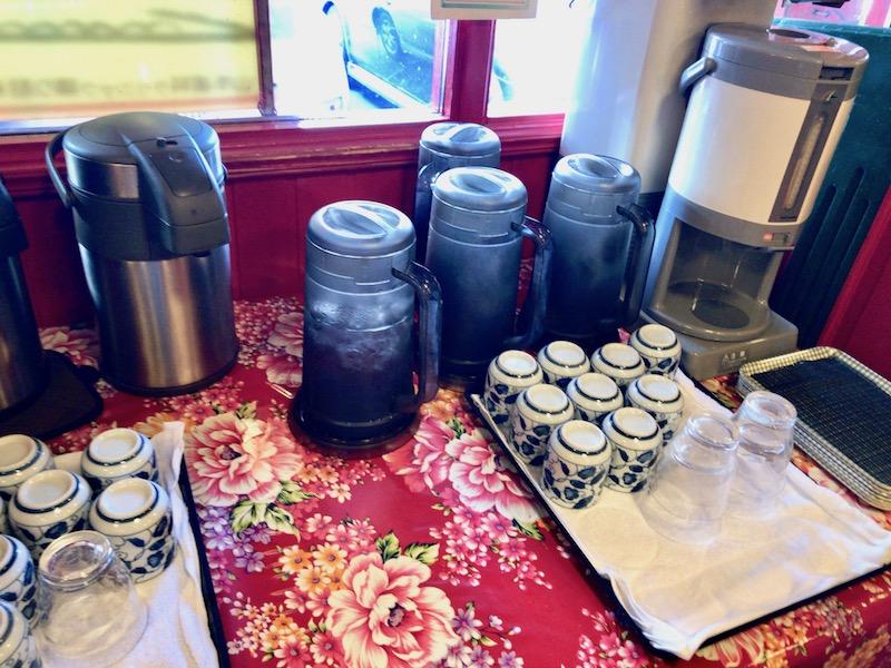 セルフサービスの水とお茶