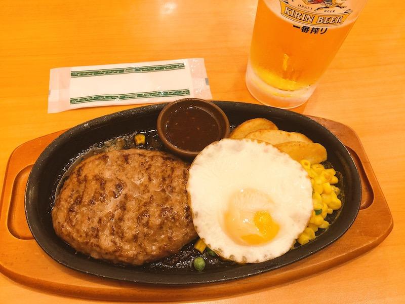 ハンバーグステーキと生ビール