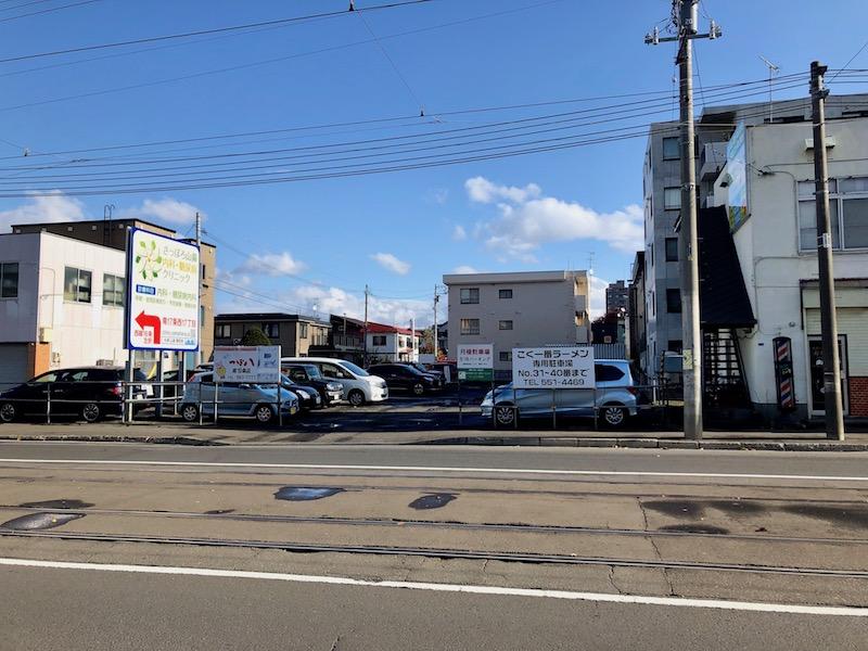 道路挟んで向かいの駐車場