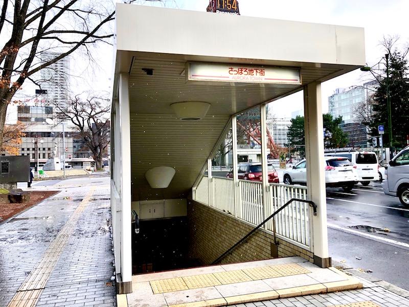 左側のエレベーターのない階段の出口