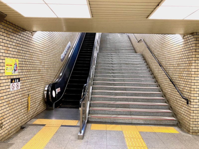 右側のエレベーターのある階段