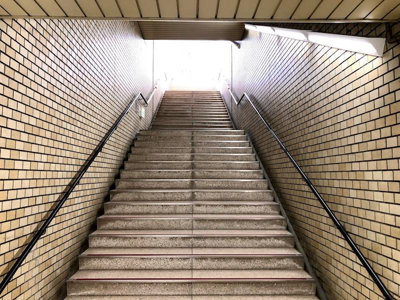 左側のエレベーターのない階段