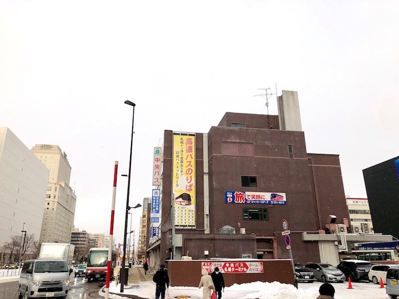 バスセンター前駅方面から見える中央バス札幌ターミナルに近づく