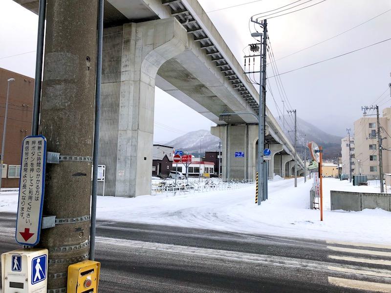 高架橋の下に見える看板