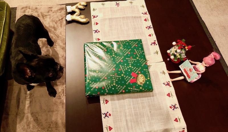 居間の食卓テーブルに準備したプレゼント