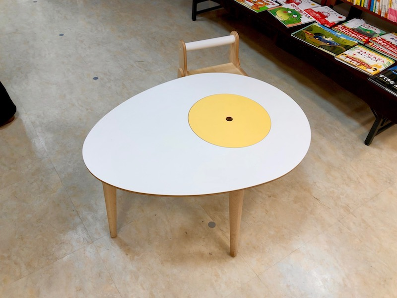 たまごデザインがかわいい小さなテーブル
