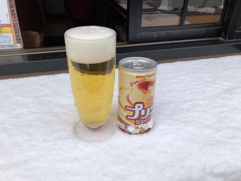 雪に乗るビールとジュース
