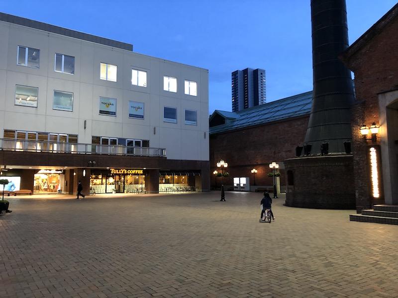 夏の夜の煙突広場