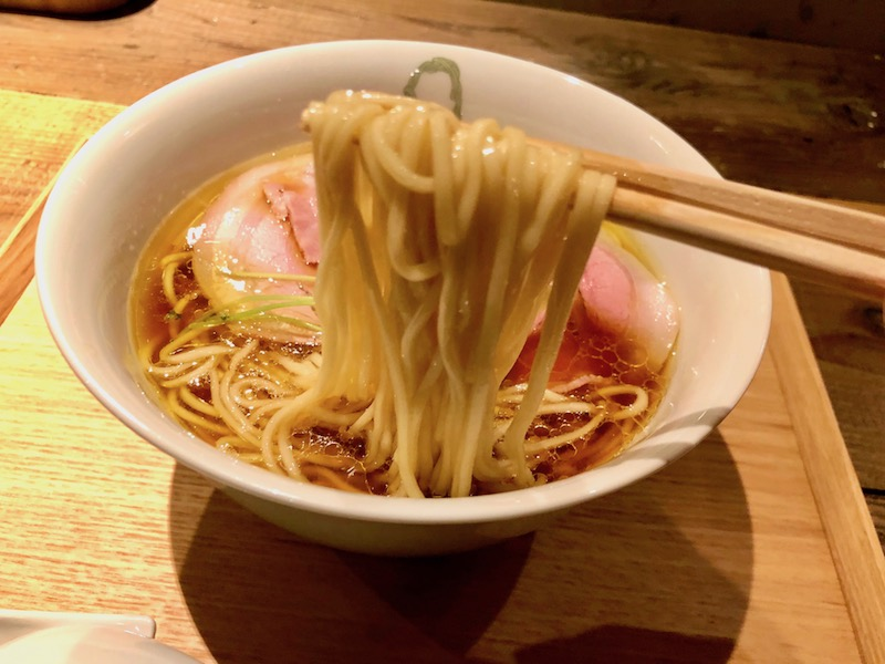 ラーメンQ(きゅう)の醤油らぁ麺 麺持ち上げ
