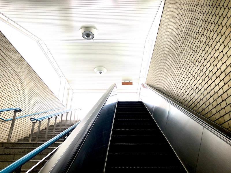 大通駅 31番出口のサインから地上に出るエスカレーター