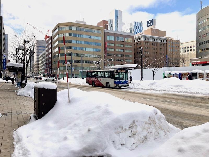 札幌駅前通り「みずほ銀行」の車道を挟んで向かいのバス停