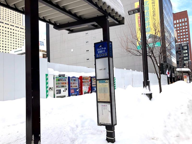 札幌駅前通り「みずほ銀行」の車道を挟んで向かいバス停ののりば