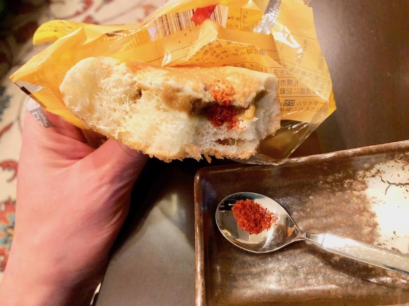 スパイスをかけたカレーパン