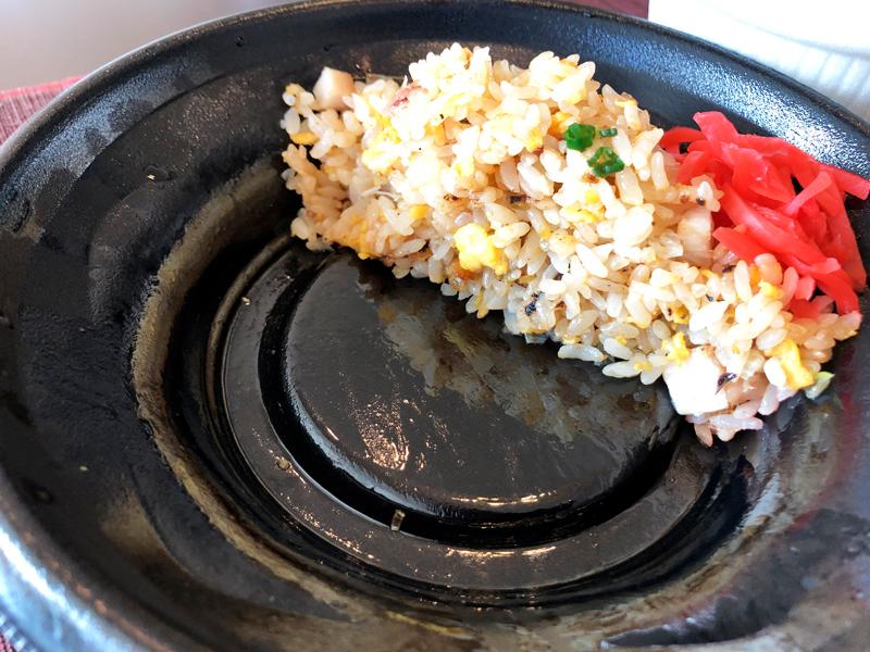 炒飯総本家の焼豚チャーハンを半分食べたところ
